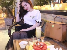 【GG扑克】越南越胸正妹身材玲珑有致 低头吃寿司豪乳呼之欲出