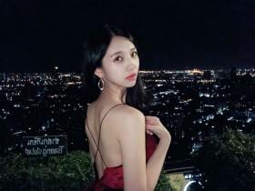 【GG扑克】台湾正妹叫何蓁 低胸装美女夜景照迷人