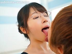 【GG扑克】JUL-294:良家少妇新川爱七直奔泳池投入教练的怀抱用肉棒喂补她⋯!