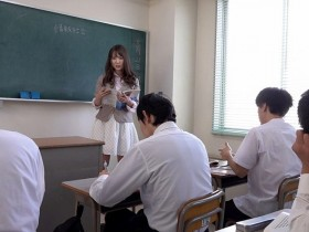 【GG扑克】GVH-073 :痴女教师波多野结衣在课堂上脱光光邀请学生来享用。
