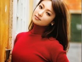 【GG扑克】深田恭子着红毛衣出街 遮不住傲人好身材