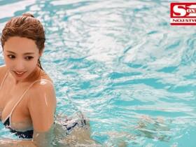 【GG扑克】SSNI-916:巨乳泳装女老师三上悠亜把学生当人肉按摩棒用!