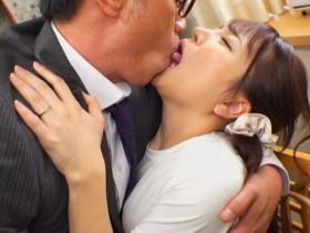 【GG扑克】欲求不满人妻「加藤ももか」被老公上司亲一亲就自愿开腿欢迎光临