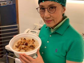 【GG扑克】72岁汪明荃做饭晒照,一人雇三名家佣干活,晚年生活十分悠闲