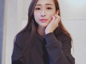 【GG扑克】性感辣妹Weiwei 低胸吊带背心大秀完美身材