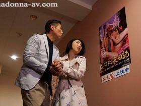 【GG扑克】JUL-259:人妻舞原圣被带到了色情电影院,渐渐张开了双腿!