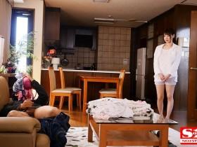 【GG扑克】SSNI-799:妹妹男友在沙发上闻著安斋拉拉内衣打手枪疯狂做爱!