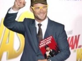 【GG扑克】Chris Hemsworth以Phil Hellmuth的装扮出席电影首映礼