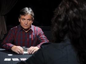 【GG扑克】三个常见的身体语言马脚