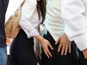 【GG扑克】JUL-116:忍不住伸手探索「凛音 とうか」的裙底,兴奋的抚摸她的臀部…