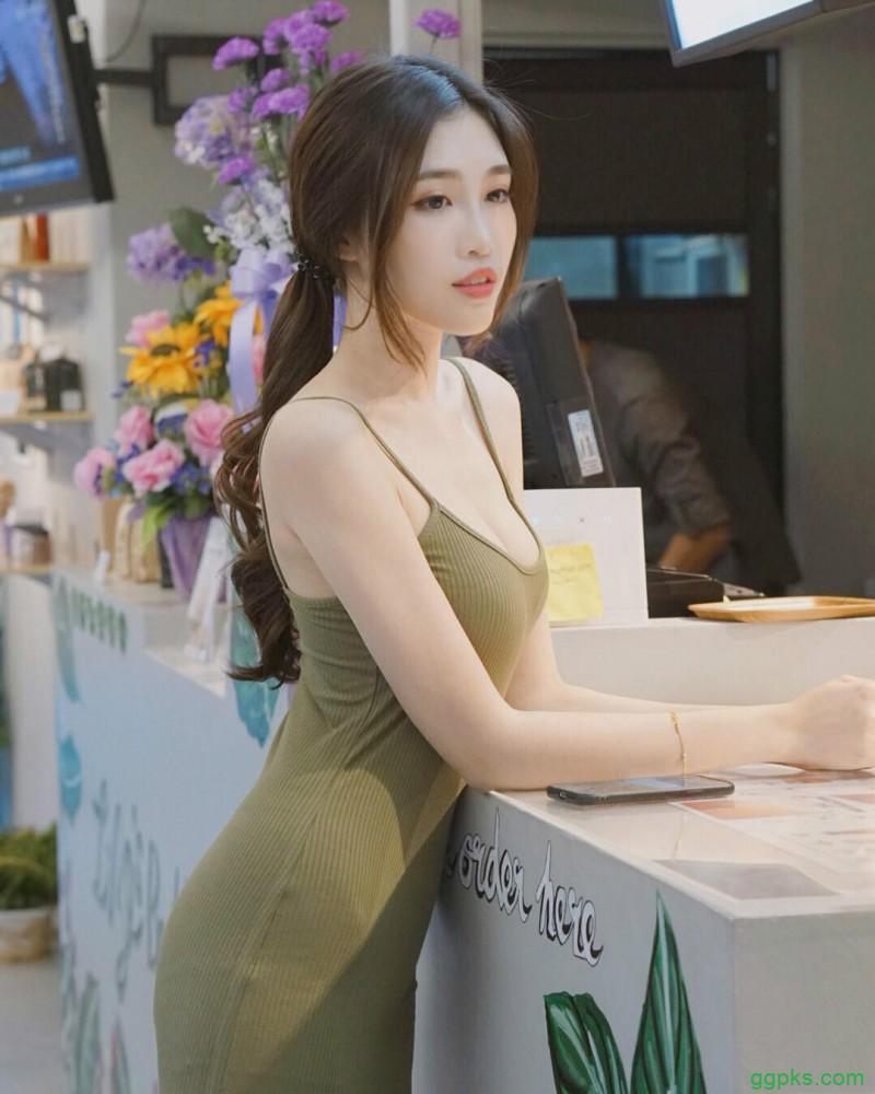 【GG扑克】正妹Fedora Ng分开又白又嫩美腿 低胸连衣裙豪乳呼之欲出