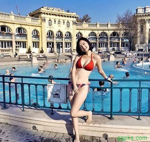 【GG扑克】长荣航空美女正妹Kira 塞切尼温泉浴场比基尼令人流鼻血