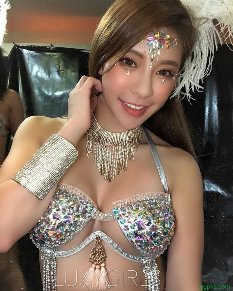 【GG扑克】台湾甜美正妹萝诗婷Laura 穿性感比基尼冲浪巨乳摇晃