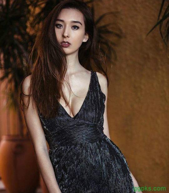 "【GG扑克】混血美女Sharnie Fenn 与众不同被当""怪女孩"""