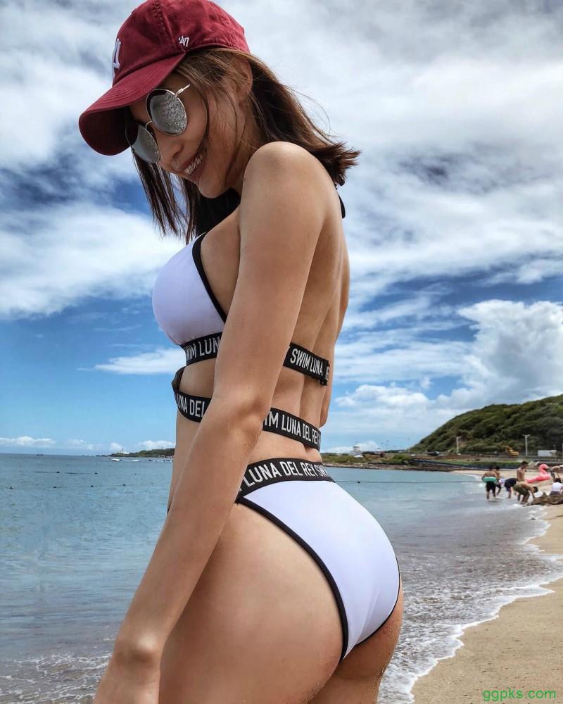 【GG扑克】模特正妹蔡沁妍Jennifer 泳池起身慢动作豪乳呼之欲出
