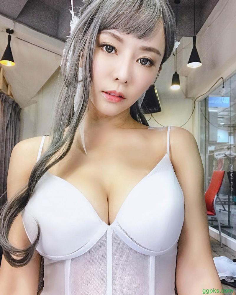 【GG扑克】性感正妹巫苡萱 连体衣中开秀八字奶