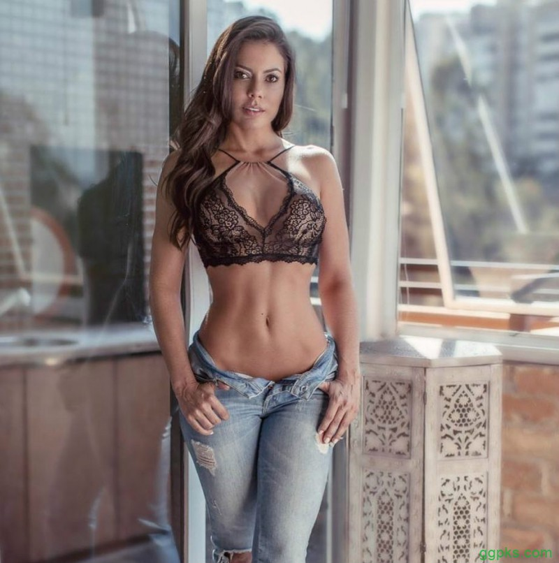 【GG扑克】性感欧美妹子Bárbara Cardoso 豪乳丰臀掳获男人心