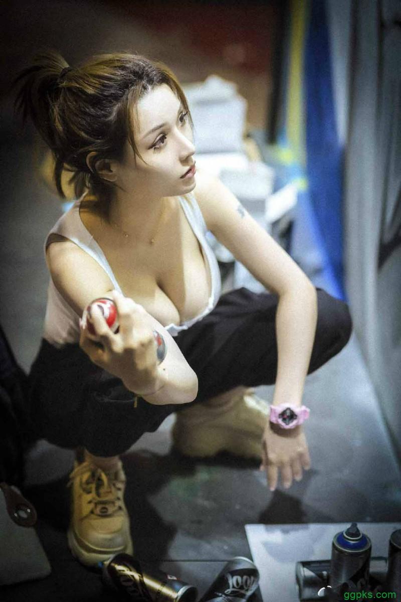 【GG扑克】游戏实况主米兰镂空背心侧乳霸气外露 热裤美女翘臀性感