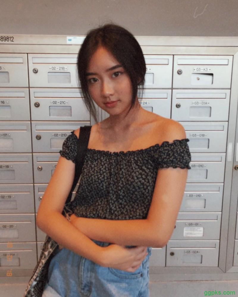 【GG扑克】新加坡美女Carrine 低胸吊带装好清凉