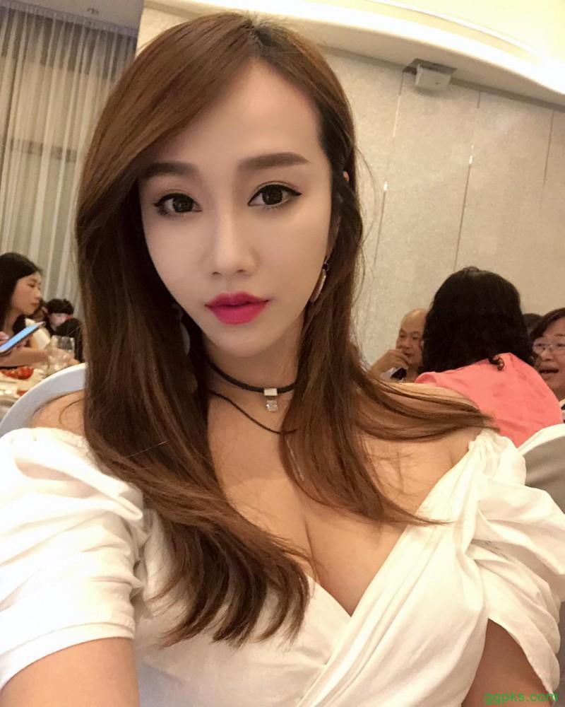 【GG扑克】性感美女空姐打卡照 弯腰瞬间邪恶视角引发骚动