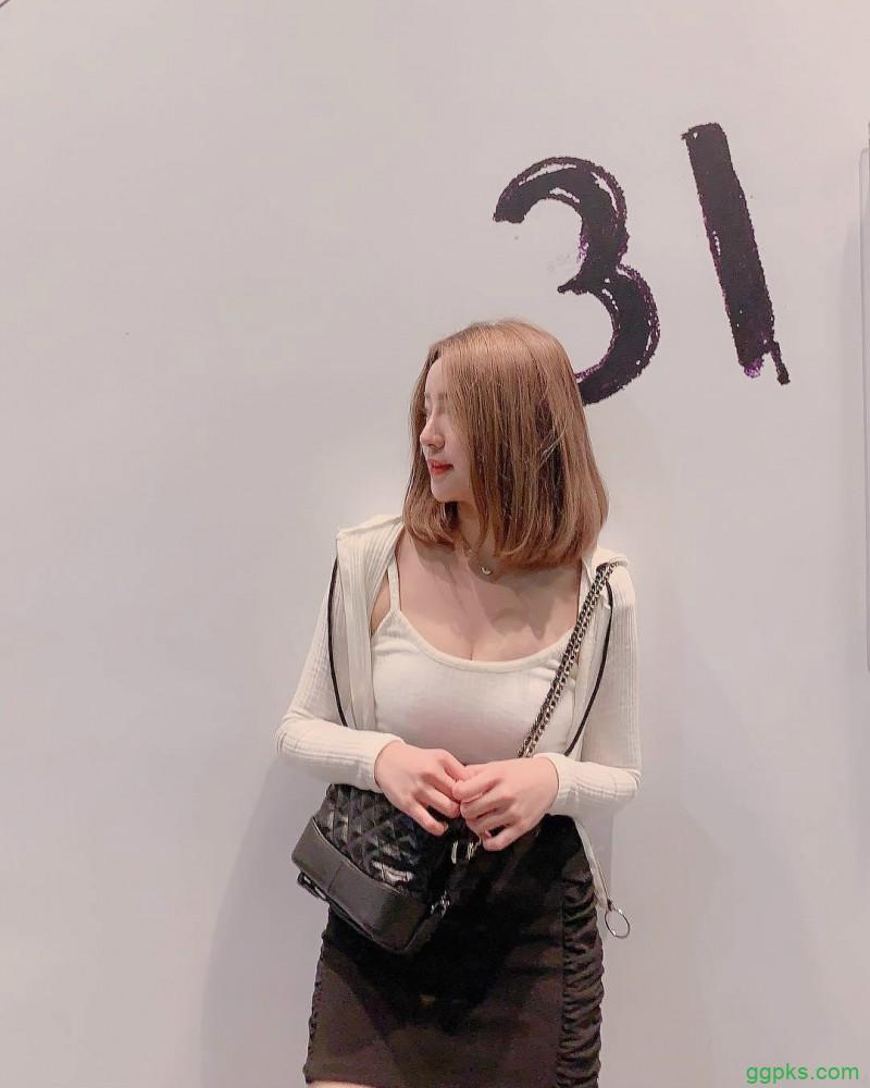【GG扑克】台湾凶胸器妹瑶瑶 性感紧身衣巨乳诱人