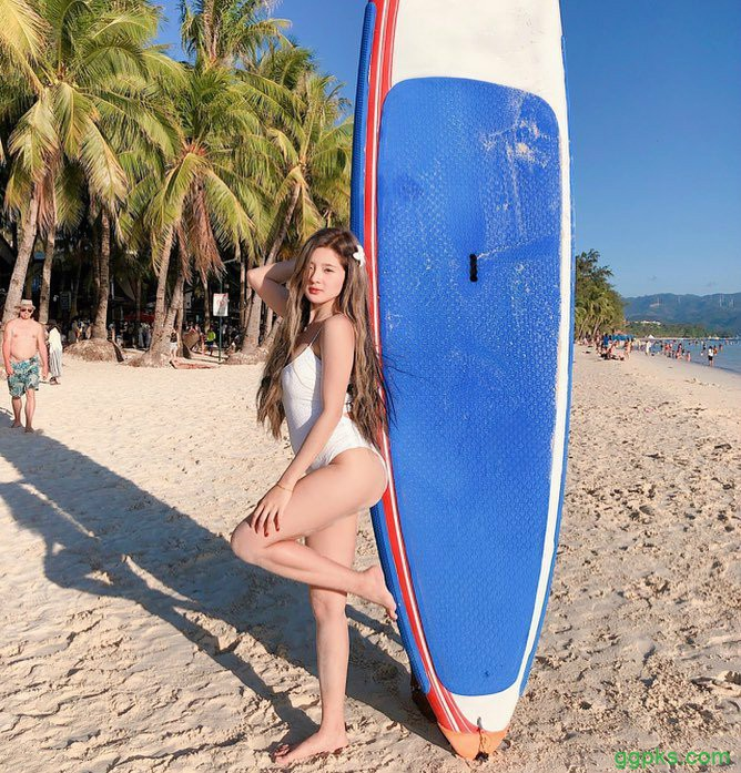 【GG扑克】沙滩美女Tyra ku 长发正妹火辣身材吸引游客眼球