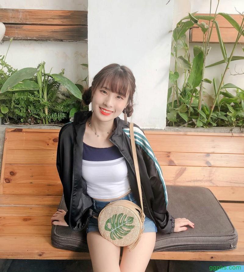 "【GG扑克】直播美女泥泥汝niniru 泳衣美女藏了两个""肉包"""