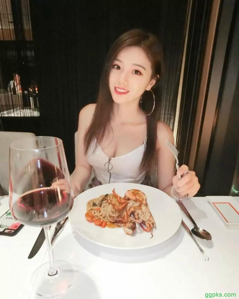 【GG扑克】台湾性感辣妹佩茹Penny 沐浴照酥胸半露令人流鼻血