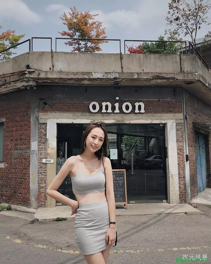 【GG扑克】胸器妹Weiwei 白色吊带装事业线一览无遗