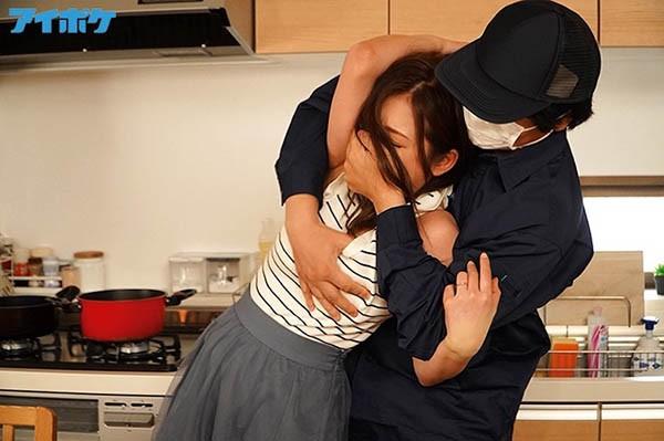 【GG扑克】IPX-519:等待丈夫回家的巨乳妻子初音实被隔壁男人强姦到高潮!