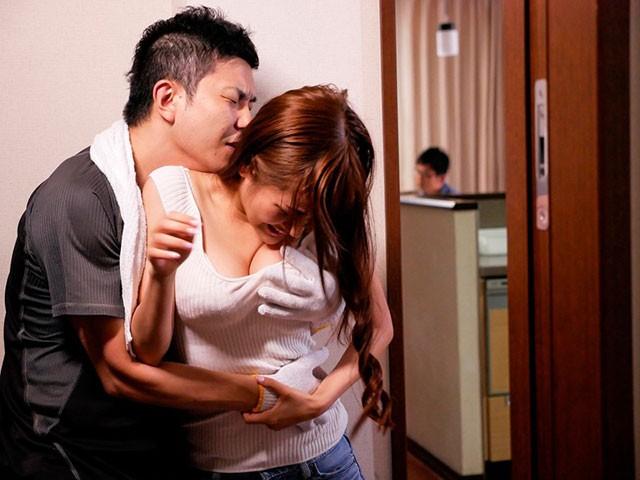 "【GG扑克】STAR-833:美少妇""榎本美咲""被快递员直接把扑倒在沙发上强奸中出!"