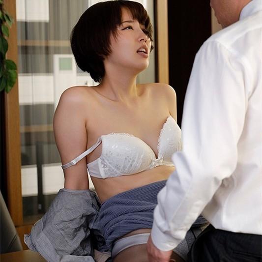 【GG扑克】美咲かんな(美咲佳奈)作品 SHKD-953:职场丝袜人妻办公室遭变态老板强暴中出。