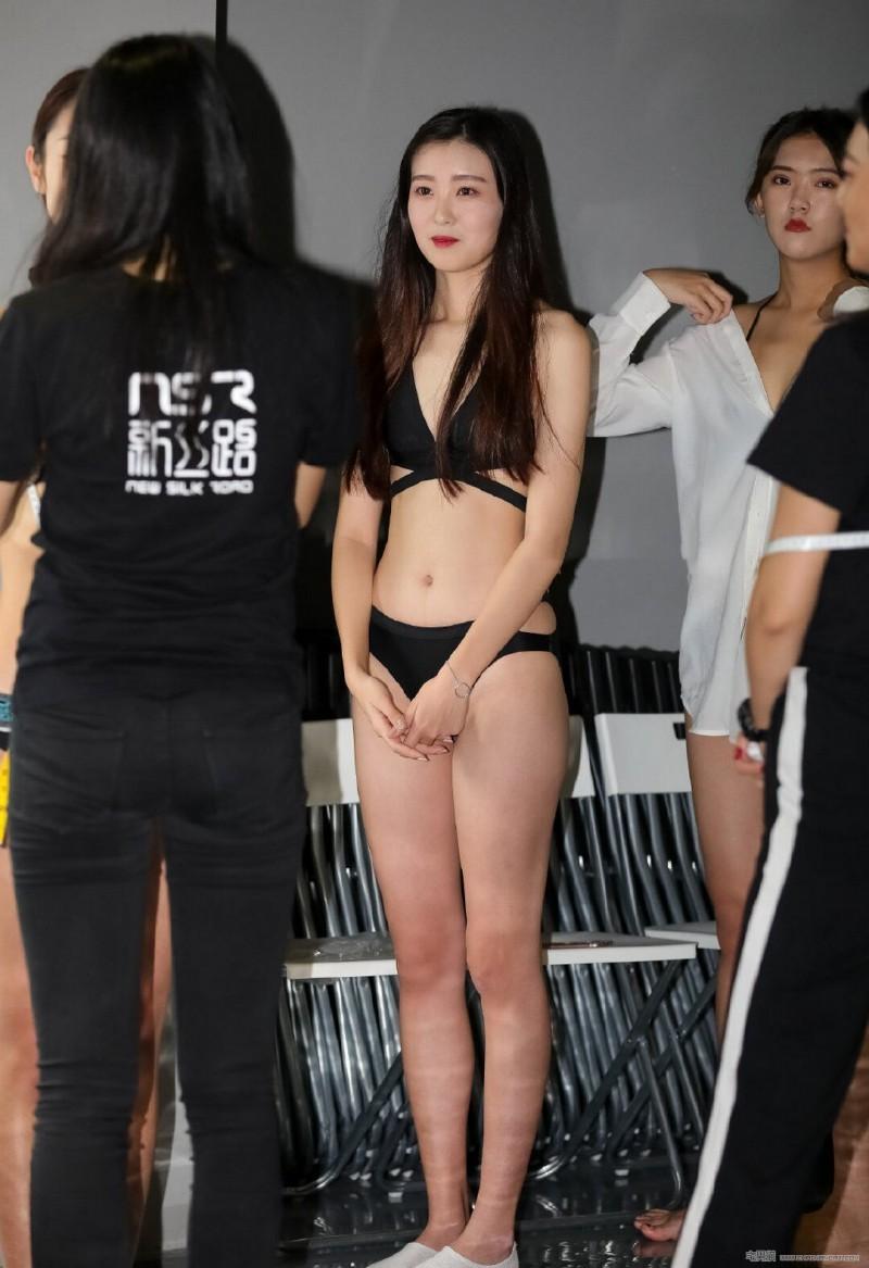 【GG扑克】街拍:新丝路模特海选 肤白萌妹水灵可爱